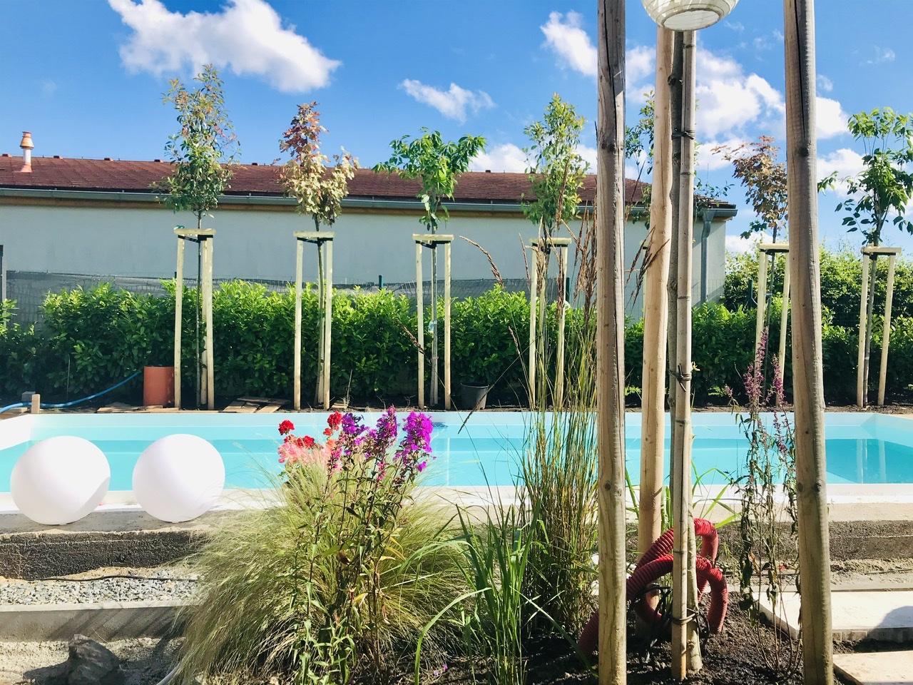 Naše L-ko - 2021 - stále dokončujeme - postupne sadím prvé kvietky a trávy ku bazénu. Čakáme na štrkovanie a následne pokladku dreva, využívam čas predom a sadím nech už kvietky nemusia čakat v kvetináčoch