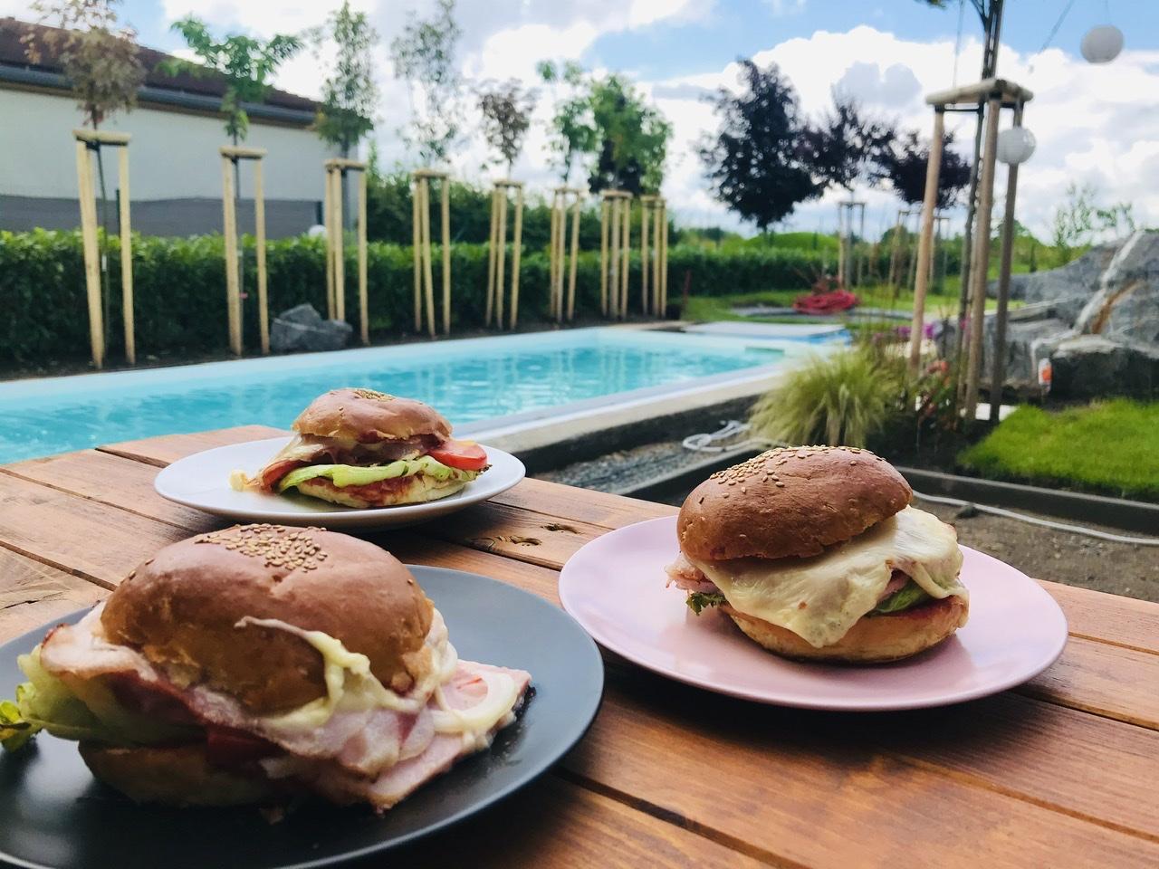 Naše L-ko - 2021 - stále dokončujeme - raňajky na terase