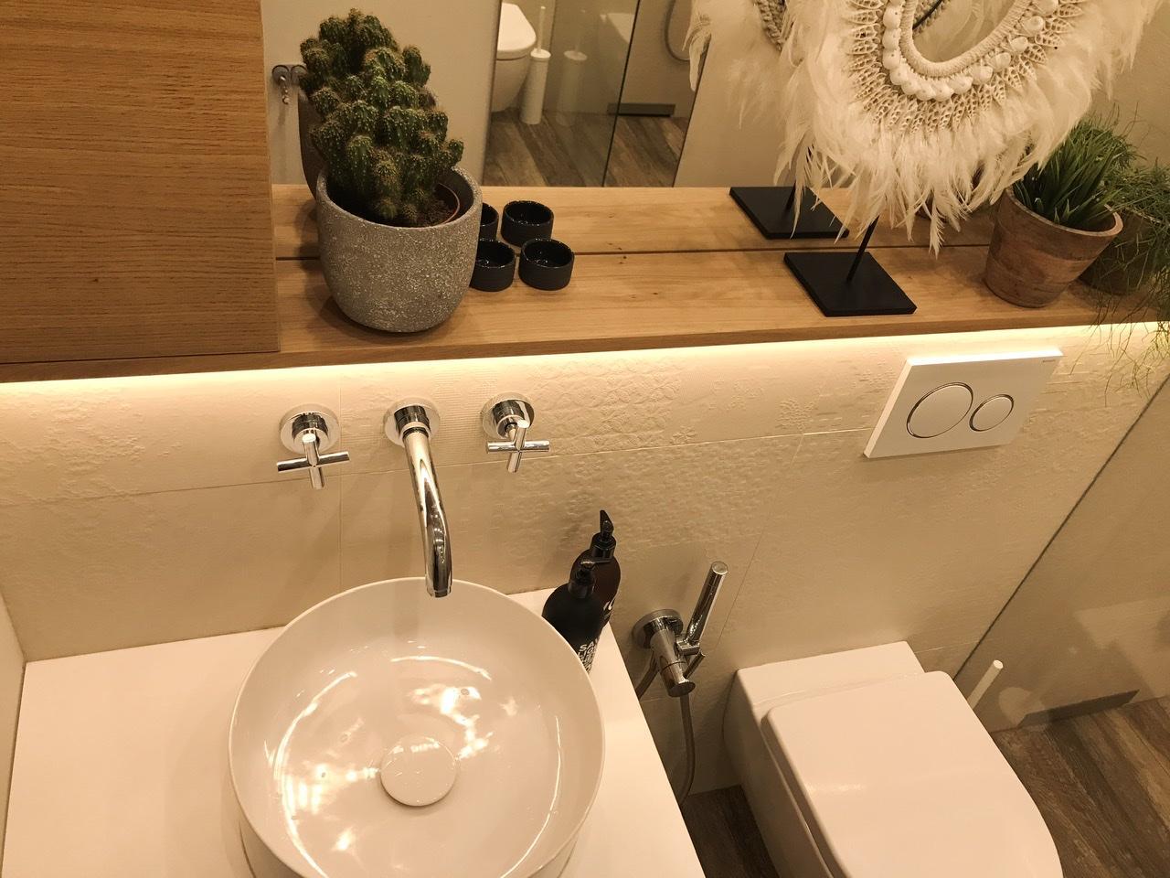 Naše L-ko - 2021 - stále dokončujeme - Druhá - malá kúpelňa (WC, sprcha, umyvadlo) po 4 rokoch. Keramické umyvadlo s keramickou krytkou