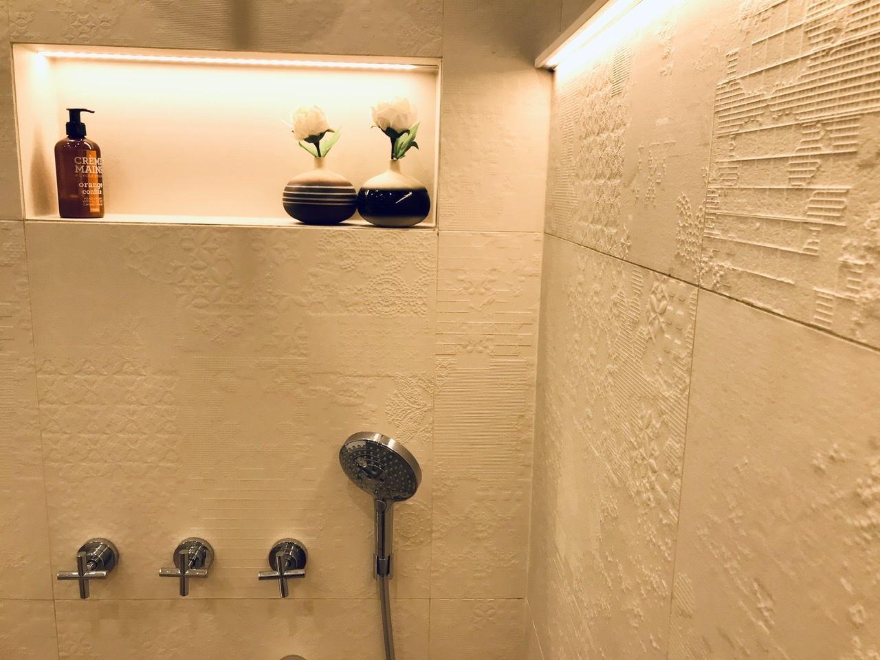 Naše L-ko - 2021 - stále dokončujeme - Obklad s dekorom v sprchovom kúte - nika je na kontrast uplne matne hladká. Podsvietenie obkladu - zapustený led pásik v parapete Fundermax.