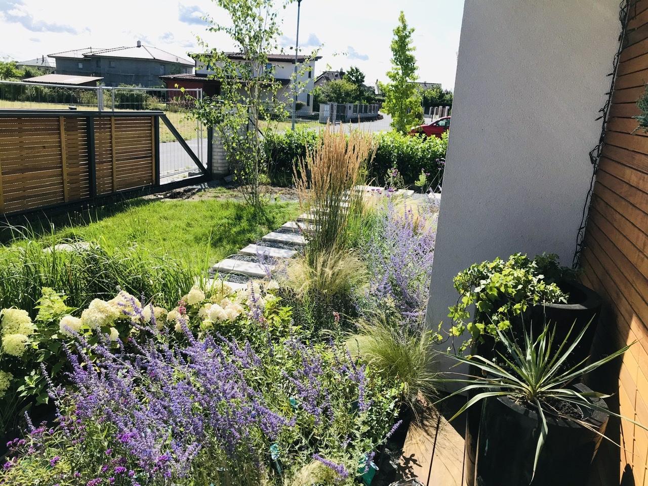 Naše L-ko - 2021 - stále dokončujeme - Pred domom - čakajúce rastlinky, cez víkend po skončení návštev začínam so sadením