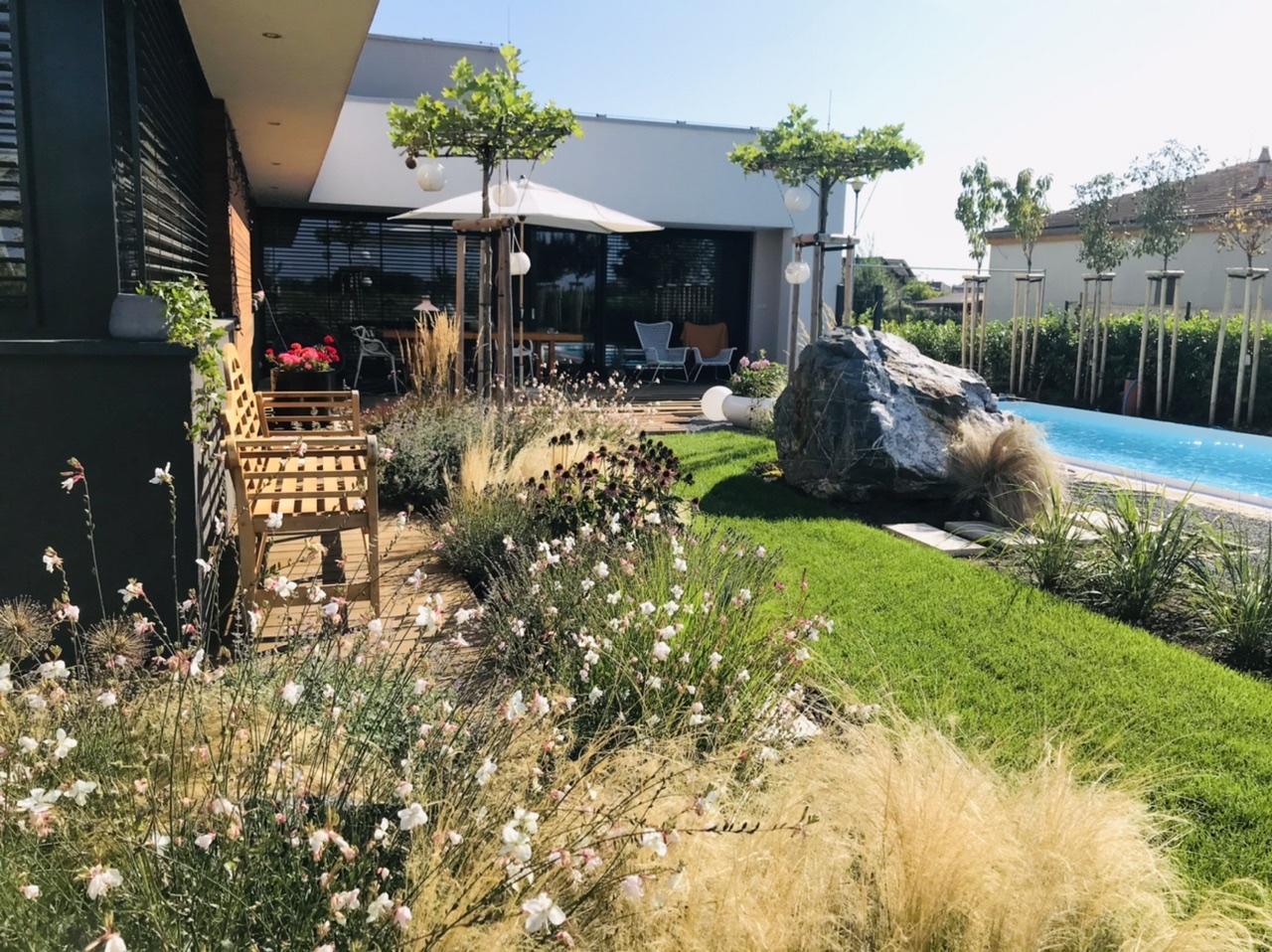 Naše L-ko - 2021 - stále dokončujeme - Slnečné, pokojné ránno na terase, obĺubene miesto pre kávičku na lavičke obklopenej kvetmi, ktorých voňa je všade naokolo.