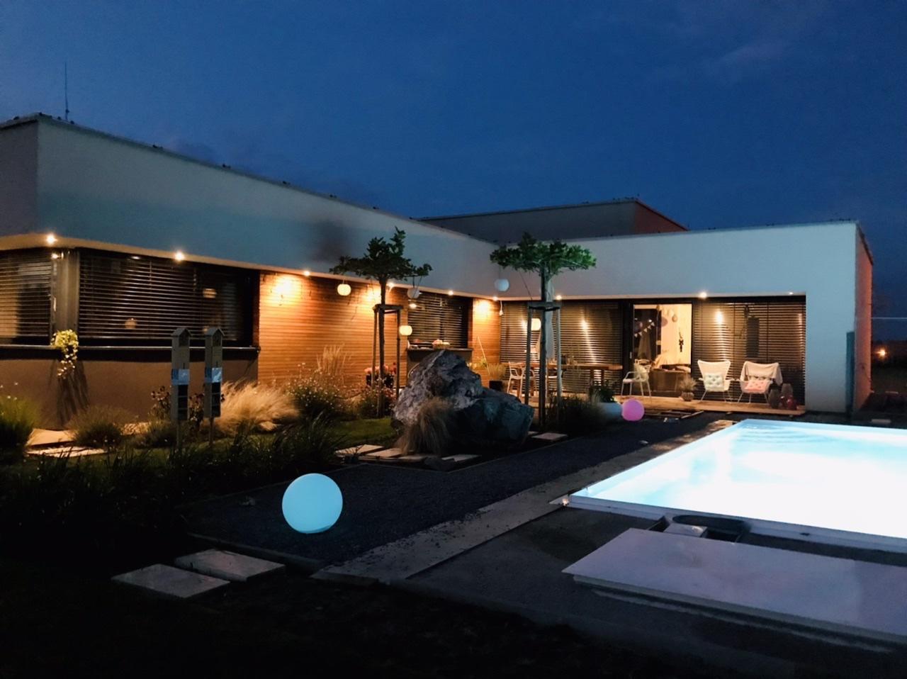 Naše L-ko - 2021 - stále dokončujeme - domček v noci, konečne dorazilo dodavatelovi drevo a opozdene ale predsa sa snad už dostaneme na dokončenie terasy okolo bazéna.