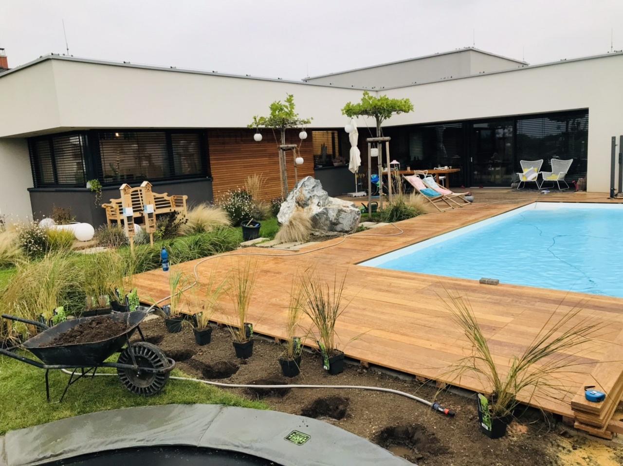 Naše L-ko - 2021 - stále dokončujeme - Výsadba okrasných tráv za bazénom. Trávy budu 2 radové, štíhle, cca 150 cm výška , budu z istych strán prekrývat prestrešenie bazéna..