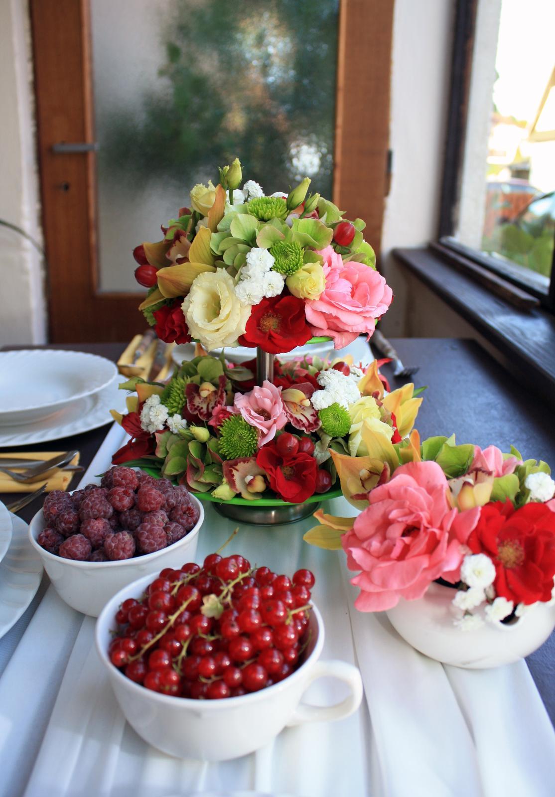 Kvetinové tvorenie - letné posedeníčko na verande u starkej :)