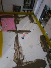 Nerovnosti a diery sme  vyplnili betónom, aby bol pevný podklad