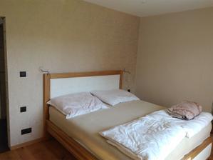 Naša nová posteľ a tapety v spálni.