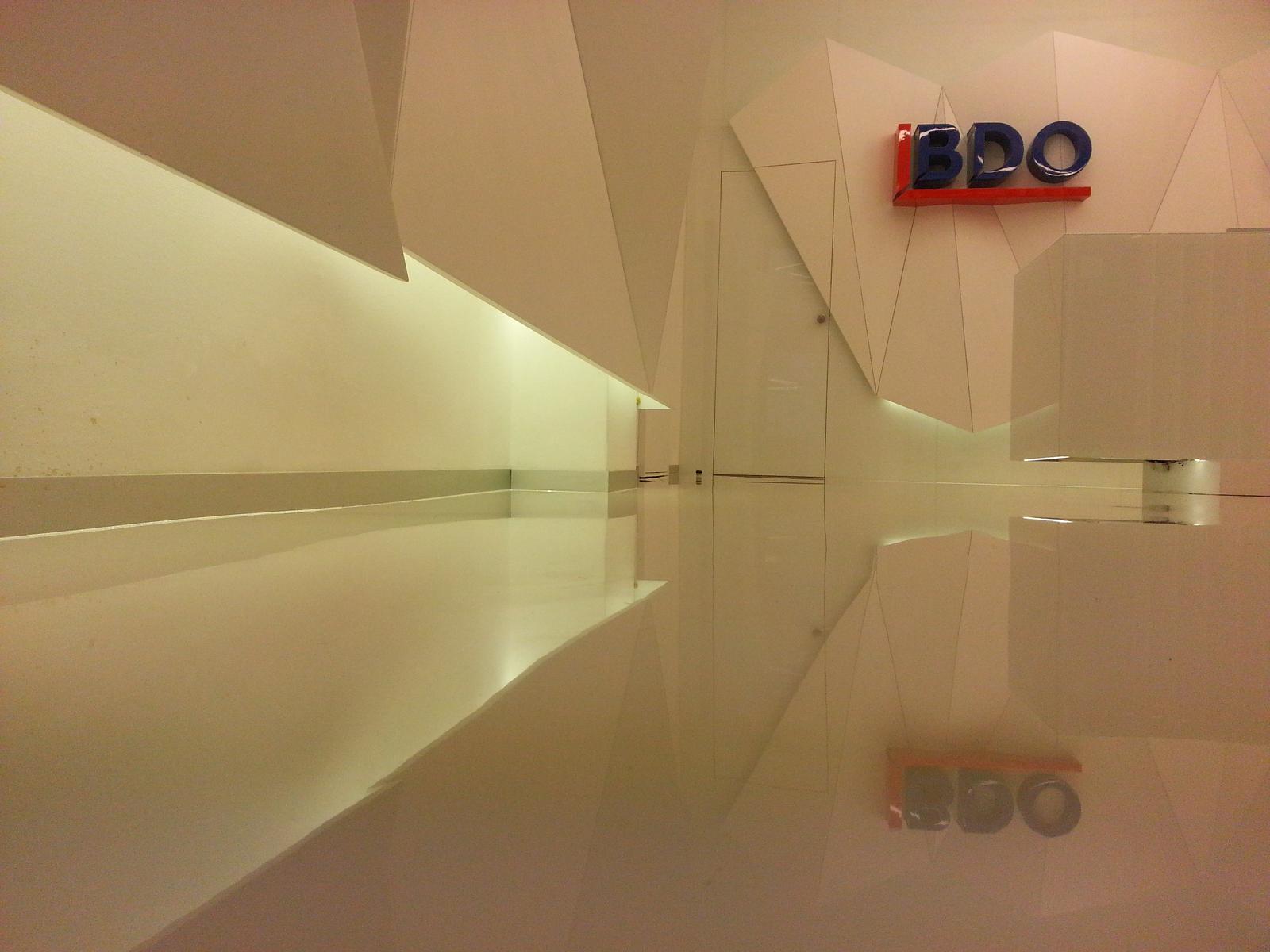 eurotipek - Kreativita a zámer architekta môže vyniknúť iba pri kvalitne vyhotovenom diele, akým tento reprezentatívny priestor recepcie nepochybne je. Podlaha vyniká extrémne vysokým leskom