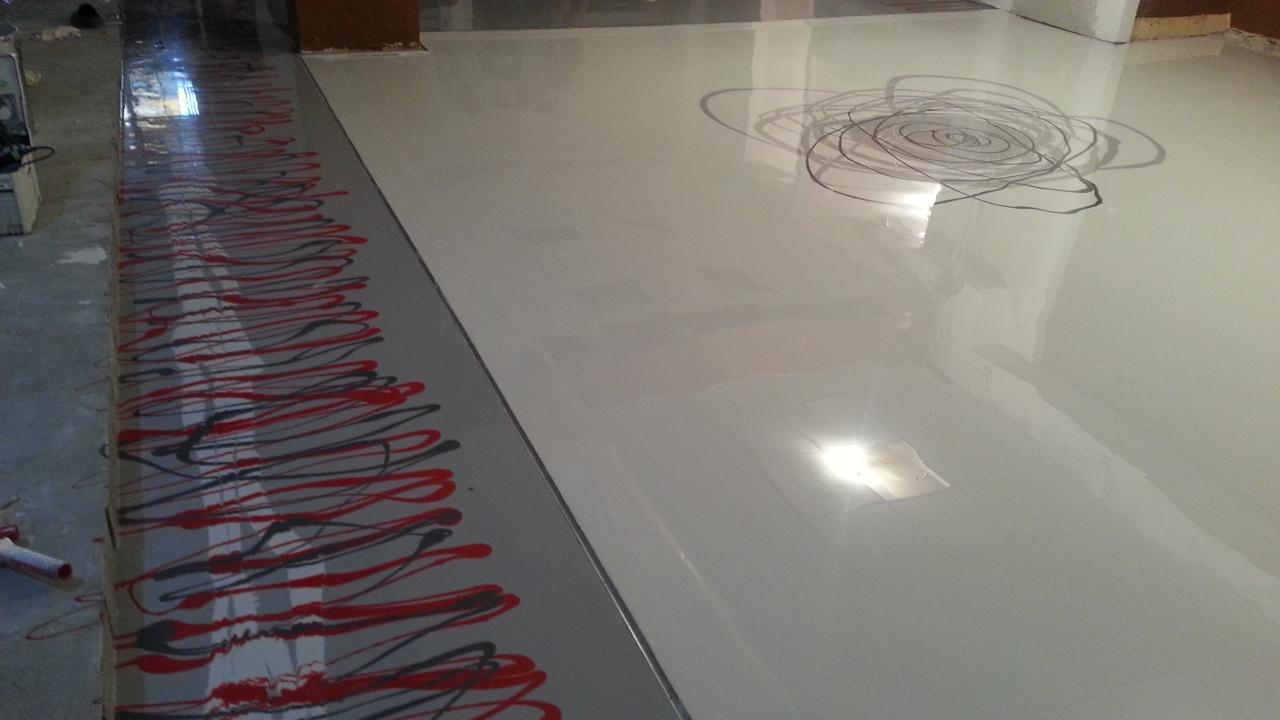 Unikátna dizajnová liata podlaha - Chodbička predeľujúca vyvýšené pódium kde bude sedenie, a tanečný parket (svetlá plocha). V AL lište medzi chodbičkou a tanečným parketom budú LED diodové pásy