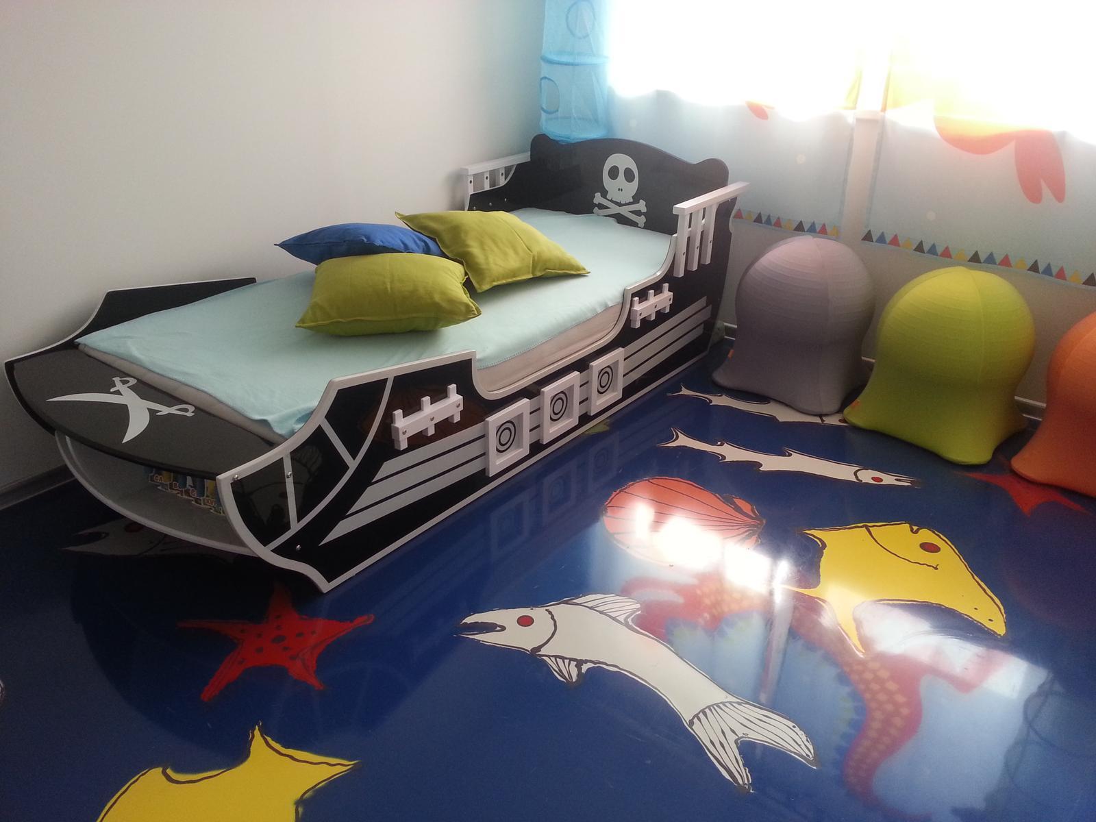 Detská izba - K posteli ešte pribudnú na stenu laná vypletené do povrazového rebríka. Pôjdu až po strop a v jednotlivých okách budú môcť byť zavesené rôzne sieťkované puzdrá na hračky :)