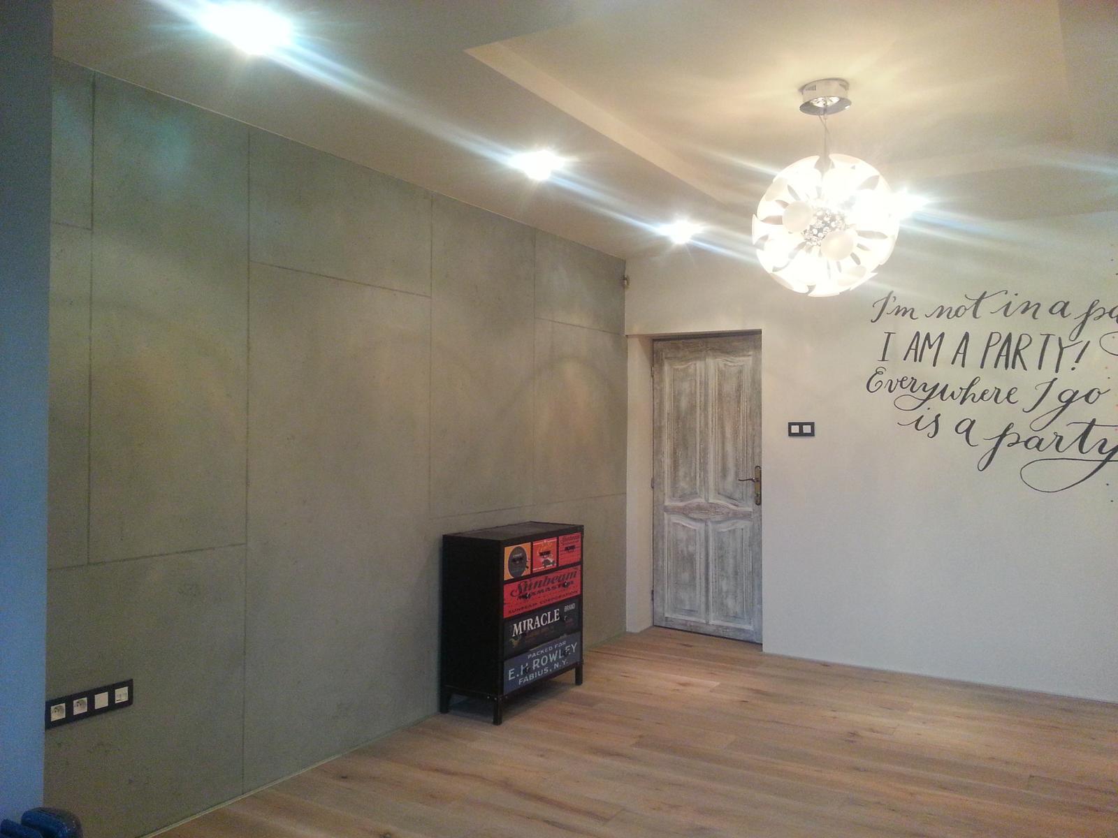 eurotipek - Pohľadový betón v kombinácii s ručne maľovaným nápisom na stene