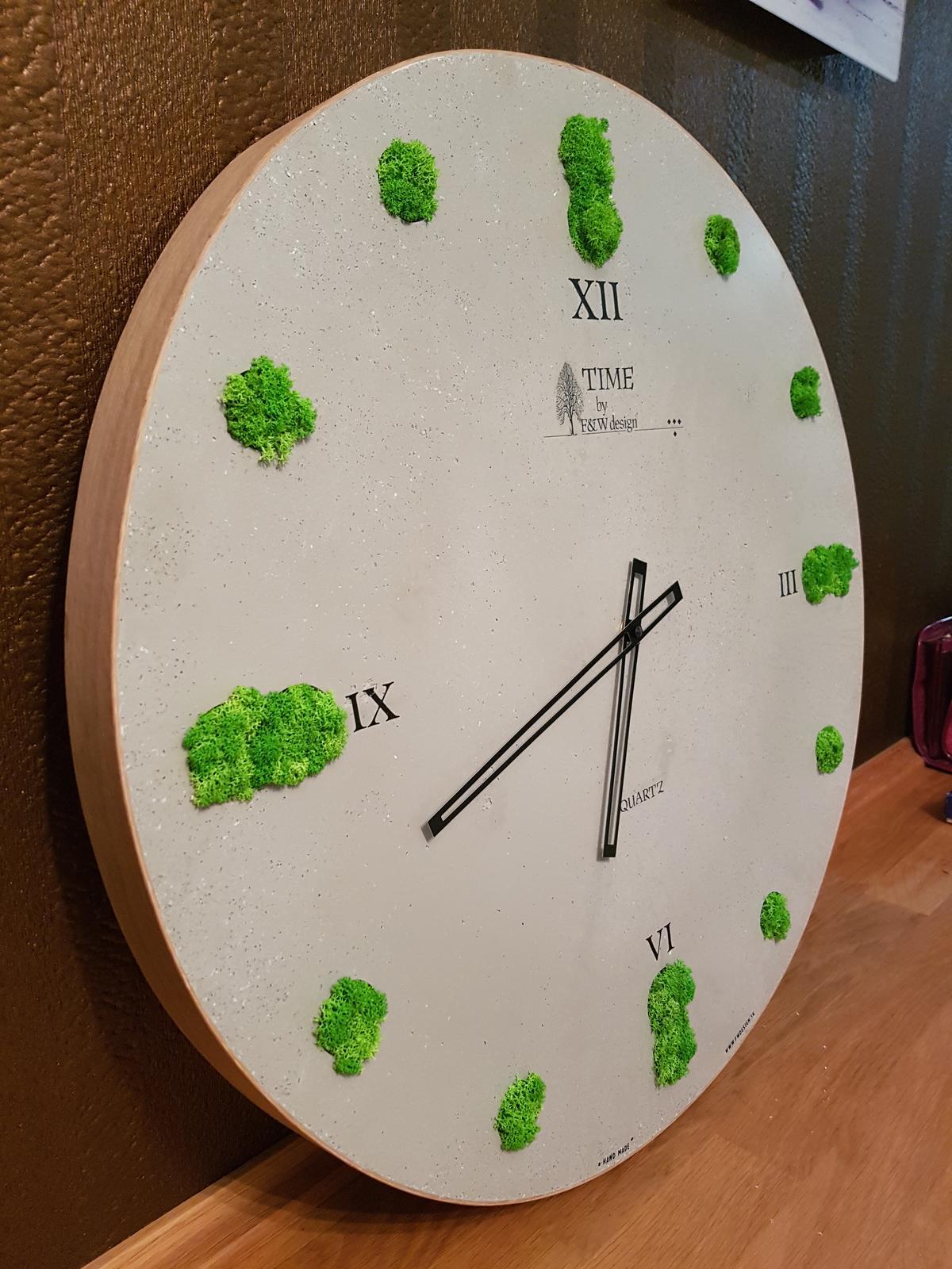 Kreatívne hodiny - Obruba hodín je z dubovej dyhy