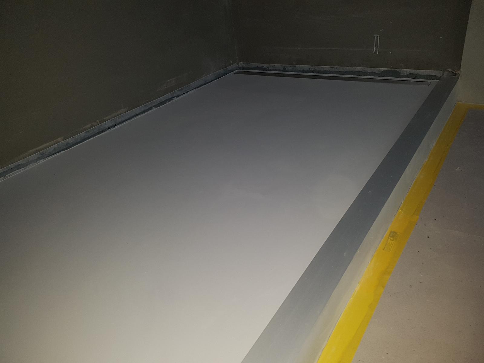 Liata podlaha - Vyvýšený sprchový kút s eloxovaným AL mantinelom