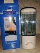 Pumpičkový nástenný dávkovač na tekuté mydlo alebo,