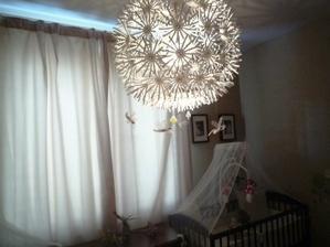pod lampou lietajú motýlky...