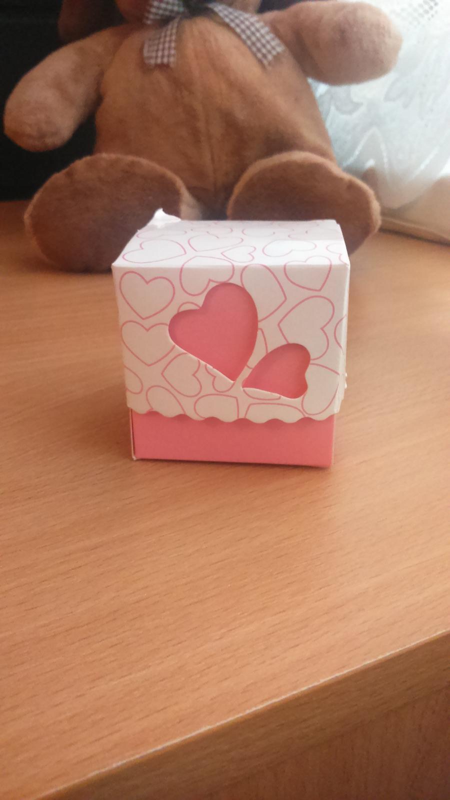 Milé budúce nevesticky,  predám 50 ks krabiciek,vhodné na darčeky pre hostí. Mne prišli bohužiaľ až po svadbe a nedávno som ich objavila v skrinke :) cena 7e. - Obrázok č. 1