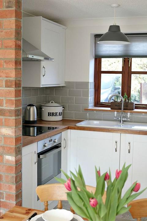 Prosím o radu, líbí se vám kombinace šedých obkladů, dřev. desky a bílé kuch. linky? Díky za názor.