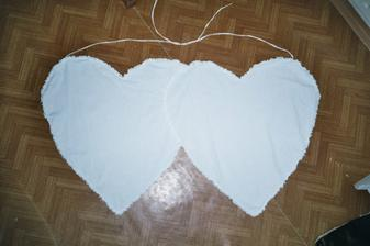 tenhle mám ušitý z prostěradla akorát na něm mám sprejem na textil podle šablon uděláno ženich a nevěsta