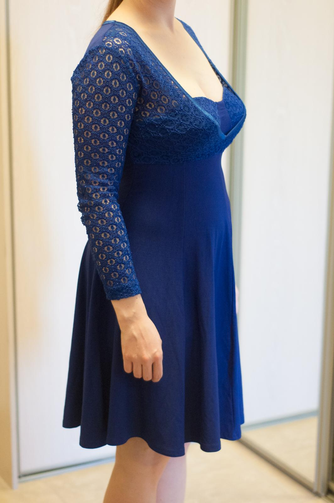 Tmavomodré elastické šaty s čipkou - Obrázok č. 2