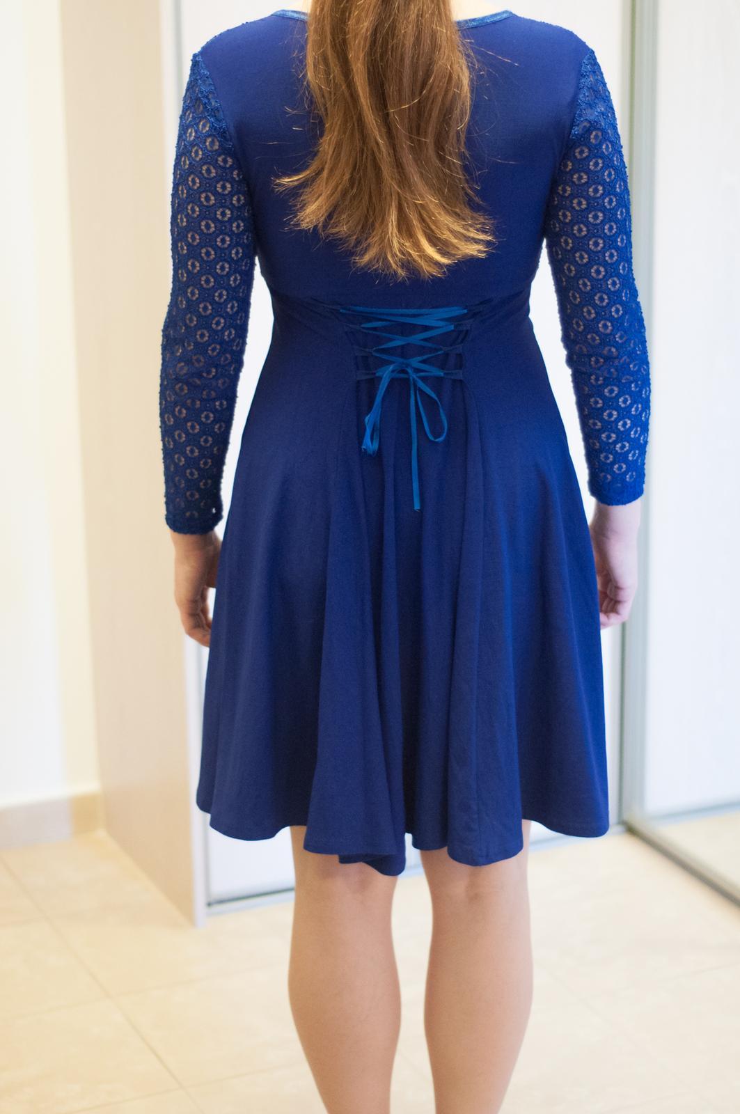 Tmavomodré elastické šaty s čipkou - Obrázok č. 3