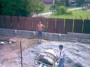 manželík pracuje na plote