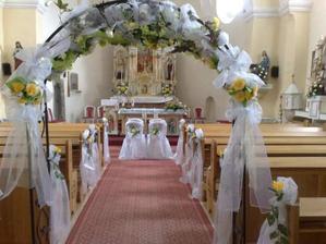 Naš kostolik. Takto nejak si predatavujem vyzdobu kostola len v cyklamenovej vyzdobe. Vyzdoba Silvia Kossova