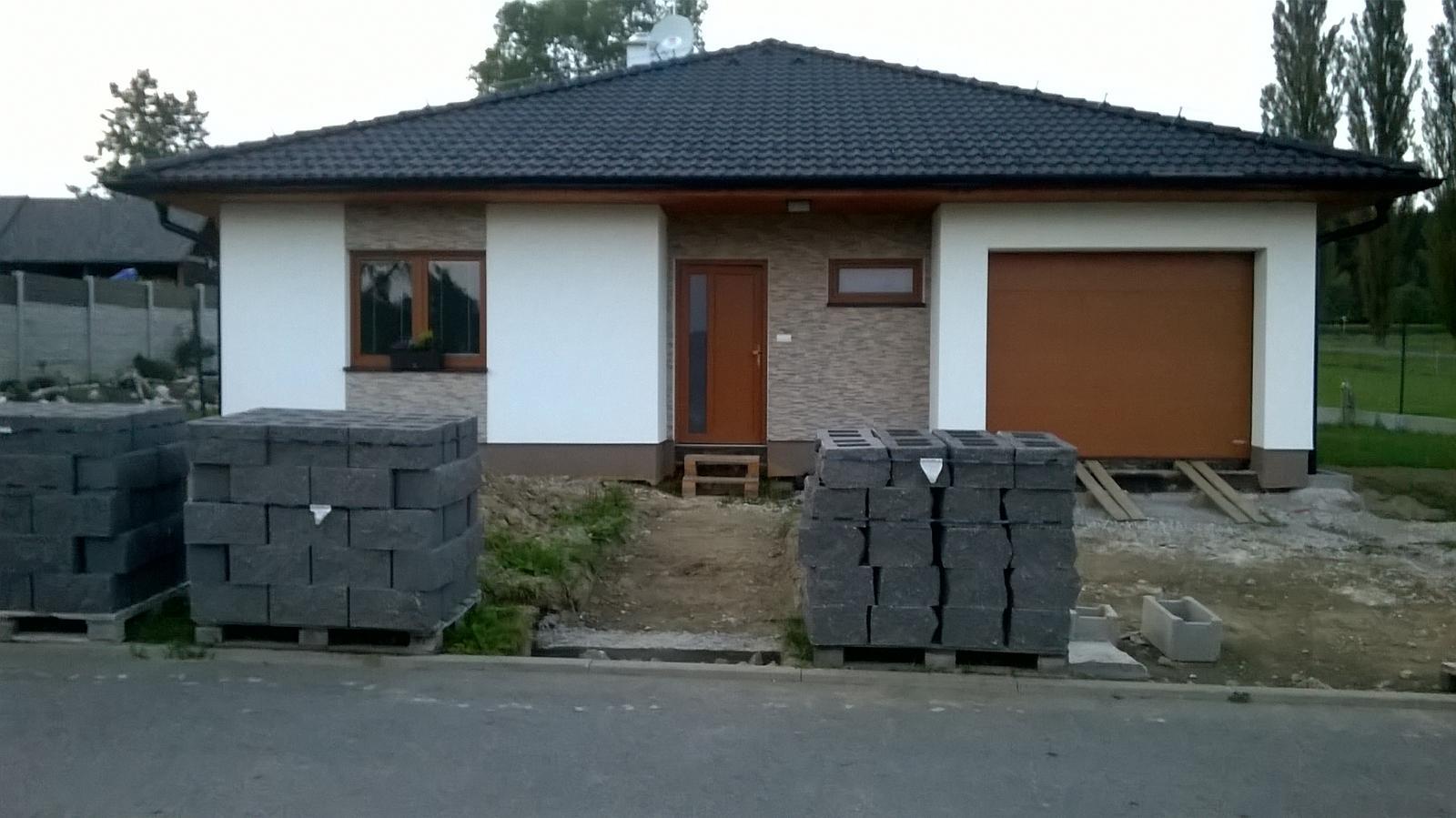 Stavba dřevostavby - Cihličky na plot konečně dorazily