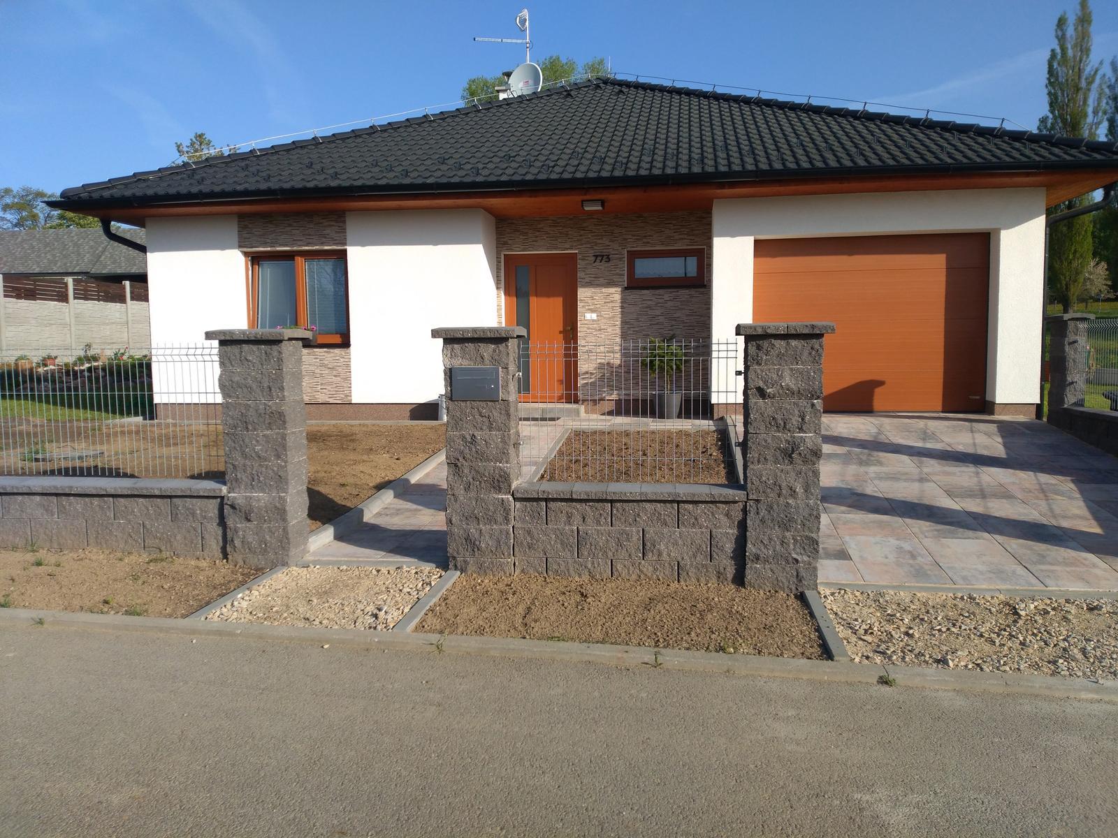 Stavba dřevostavby - Hotovo, konečně budeme chodit do baráku jako lidi.