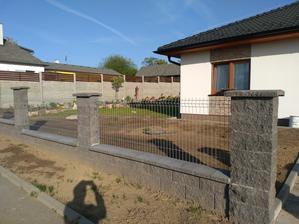 Hotový plot, ještě branka a vrata a náš pejsek může konečně být venku když mi budeme v práci.