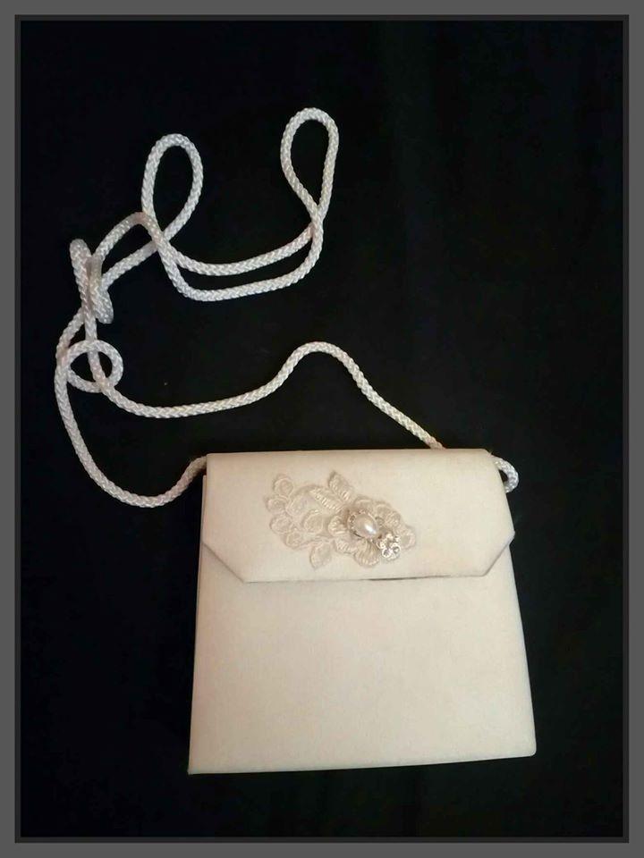 Kabelka v barvě ivory s krajkou a perlou - Obrázek č. 1
