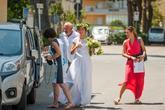 Krásná nevěsta přijíždí na pláž