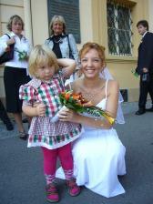 s malou neteřinkou, nějak se nevěsty styděla:-)