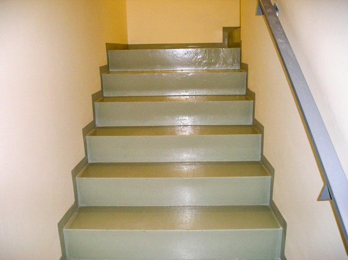 Typy & Tipy: Epoxidove podlahy (nejen) pro aplikátory - 4. Finální EP nátěr – SADURIT Z1 - schodiště průmyslového objektu