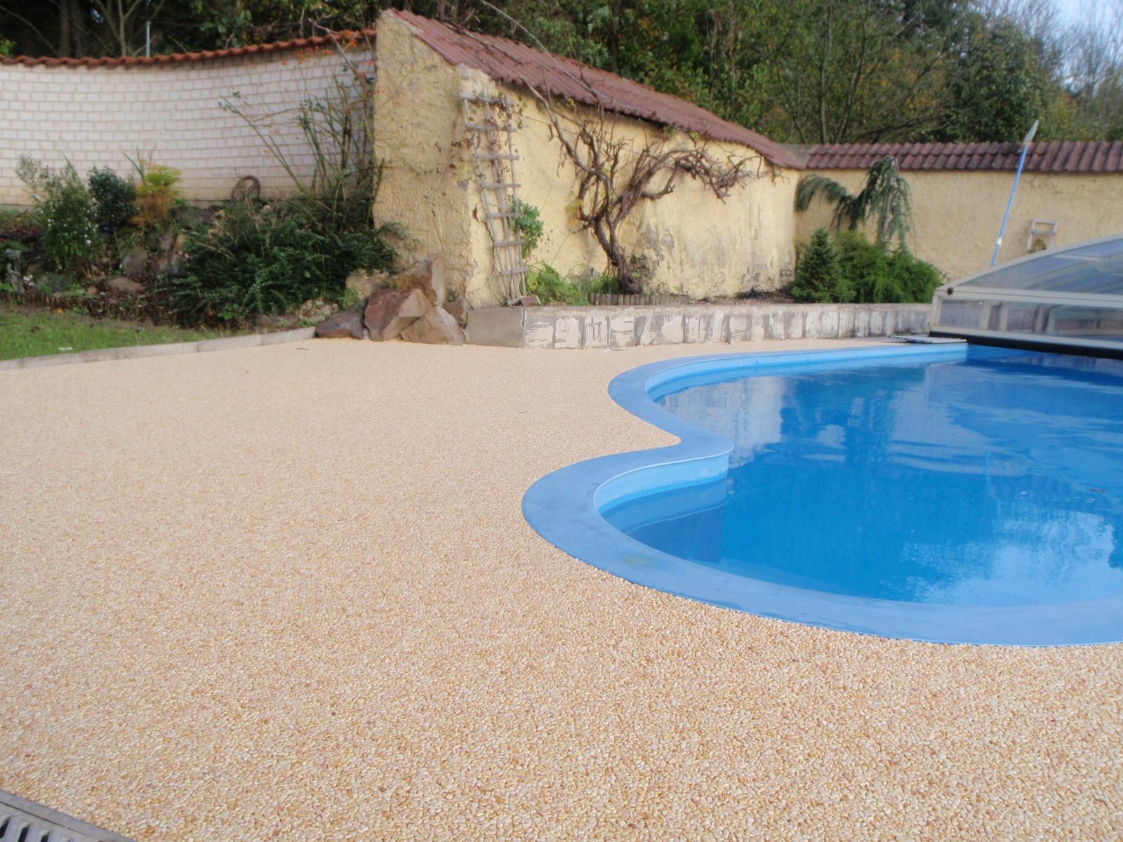 Kamínkový chodníček CHS EPODUR STONE - možnosti desénů a tvarů - Okolí bazénu: designové spojení s historickou zídkou a moderním cihlovým plotem