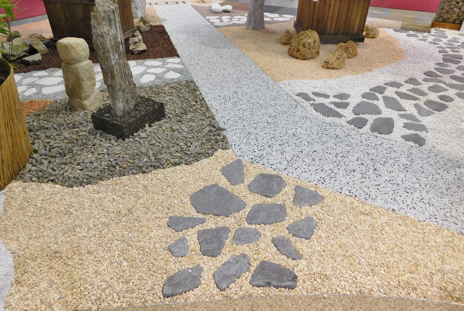 Kamínkový chodníček CHS EPODUR STONE - možnosti desénů a tvarů - Ve vzorkovně spol. PIEDRA, distributora a a plikátora CHS EPODUR STONE si vyberete z nepřeberného množství kamínků, mramorů všech barev, tvarů, velikostí, směsí...