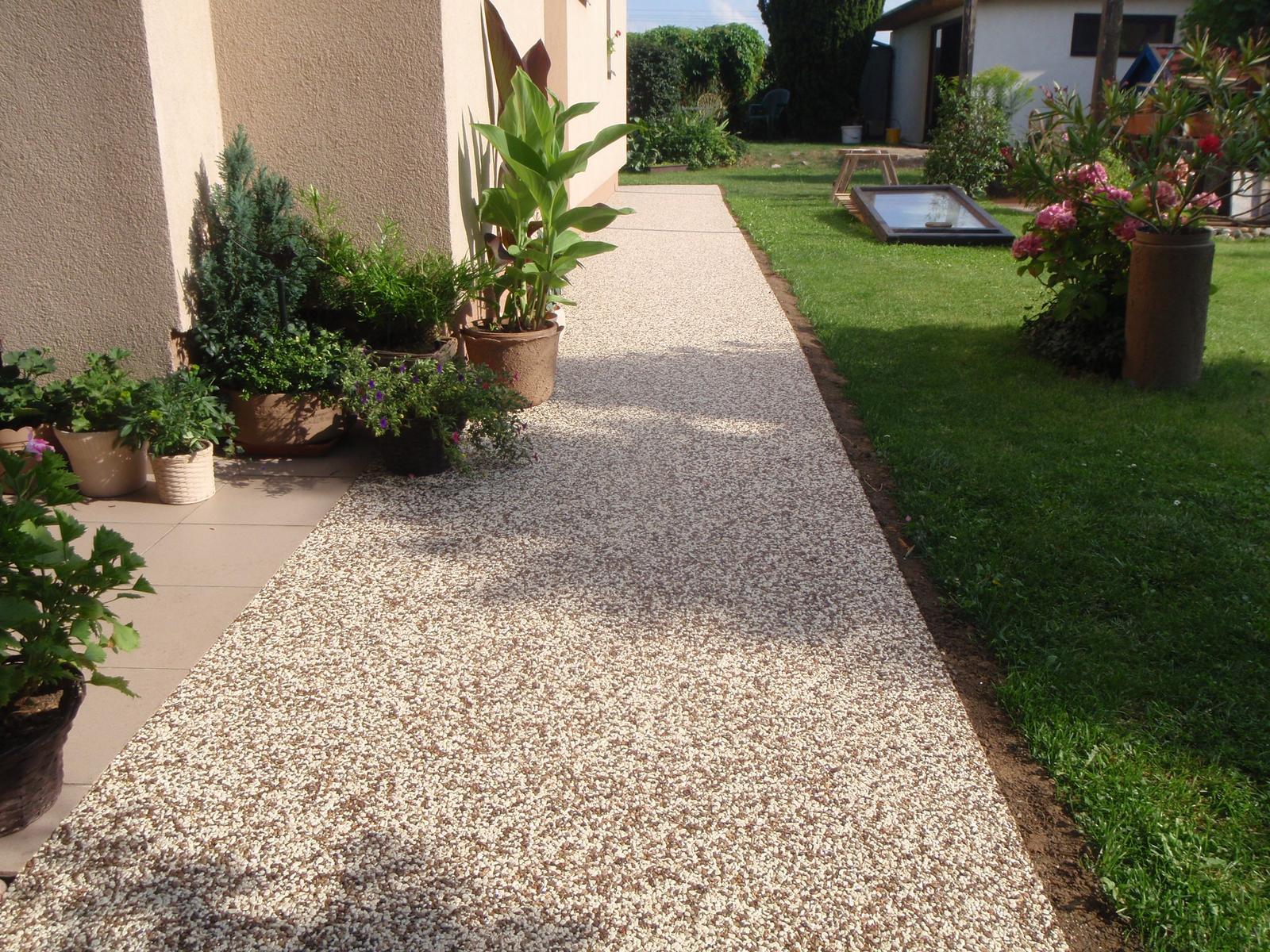 Kamínkový chodníček CHS EPODUR STONE - možnosti desénů a tvarů - CHS EPODUR STONE - ideální kombinace kamínků nenásilně propojuje barvu omítky a půdy na zahradě
