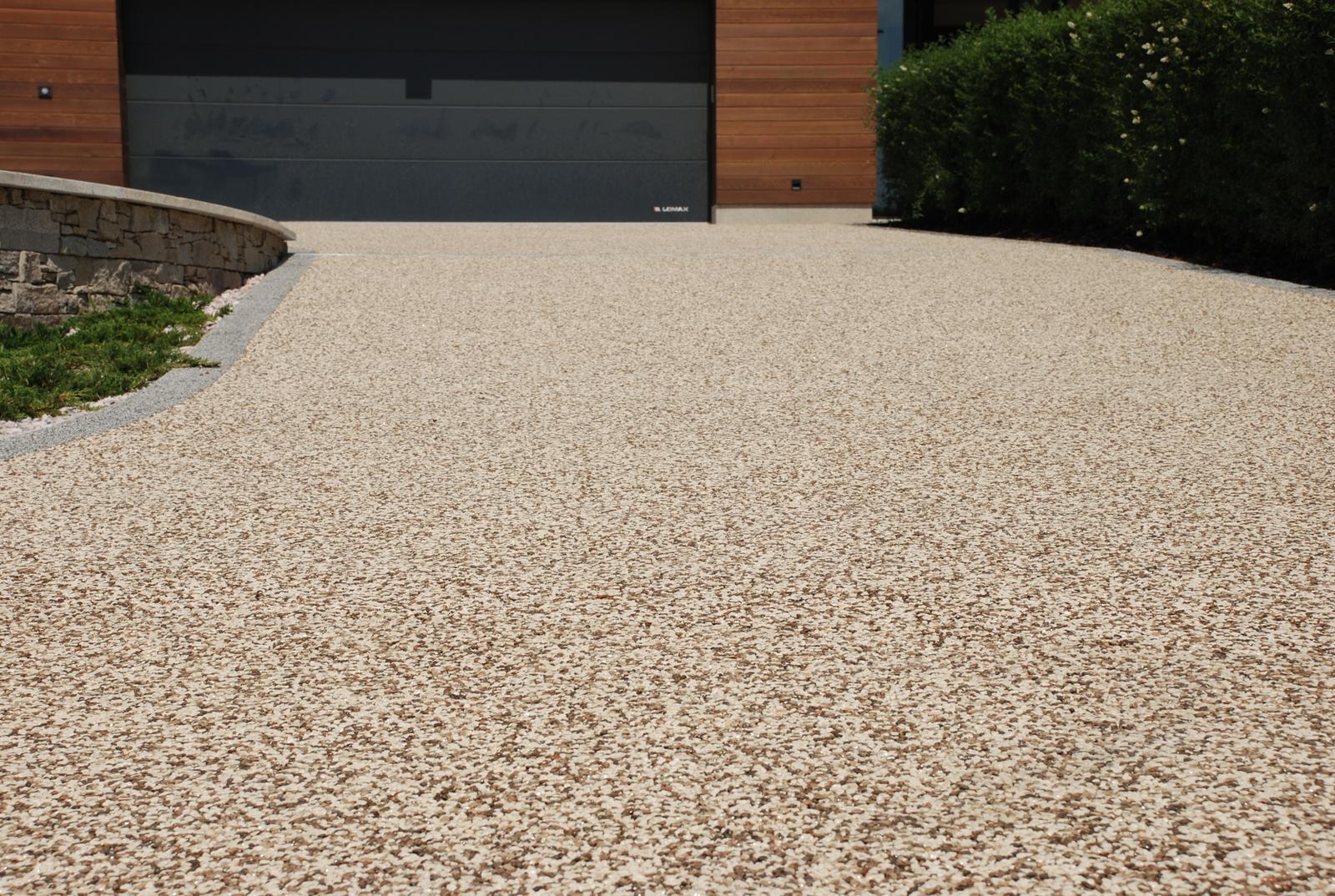 Kamínkový chodníček CHS EPODUR STONE - možnosti desénů a tvarů - Moderní vzhled kamenného chodníku s materiálem CHS EPODUR STONE