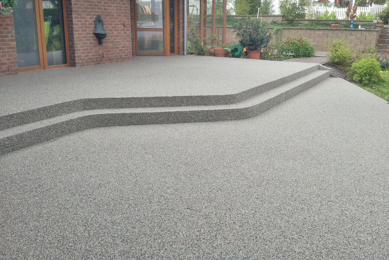 Kamínkový chodníček CHS EPODUR STONE - možnosti desénů a tvarů - Kamenný chodník s CHS EPODUR STONE jako ideální řešení složitých povrchů - díky jednolitému vzhledu povechu působí vzdušným a prostorným dojmeme