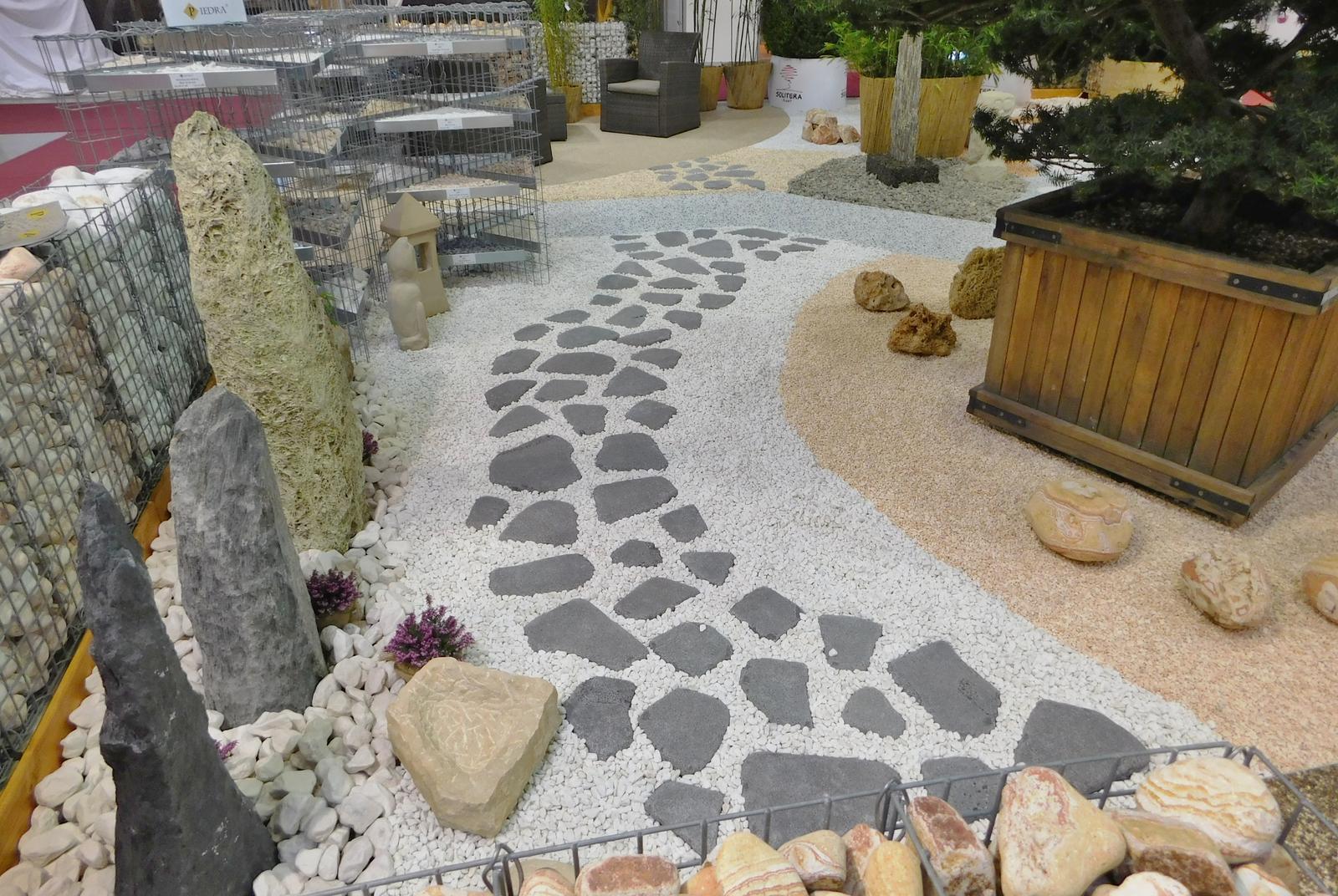 Kamínkový chodníček CHS EPODUR STONE - možnosti desénů a tvarů - Kombinace solitérních kamenů a kamenného chodníčku