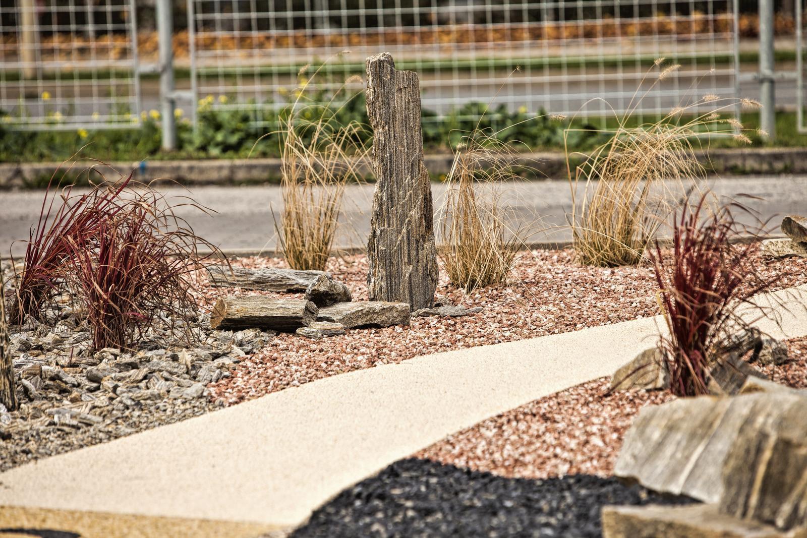 Kolik stojí kamínkový chodníček? - Kombinace solitérních kamenů, trav a kamenného chodníčku