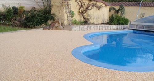 Kolik stojí kamínkový chodníček? - Kamínkový chodník CHS - EPODUR STONE okolo vašeho bazénu - výhody, nevýhody, cena?