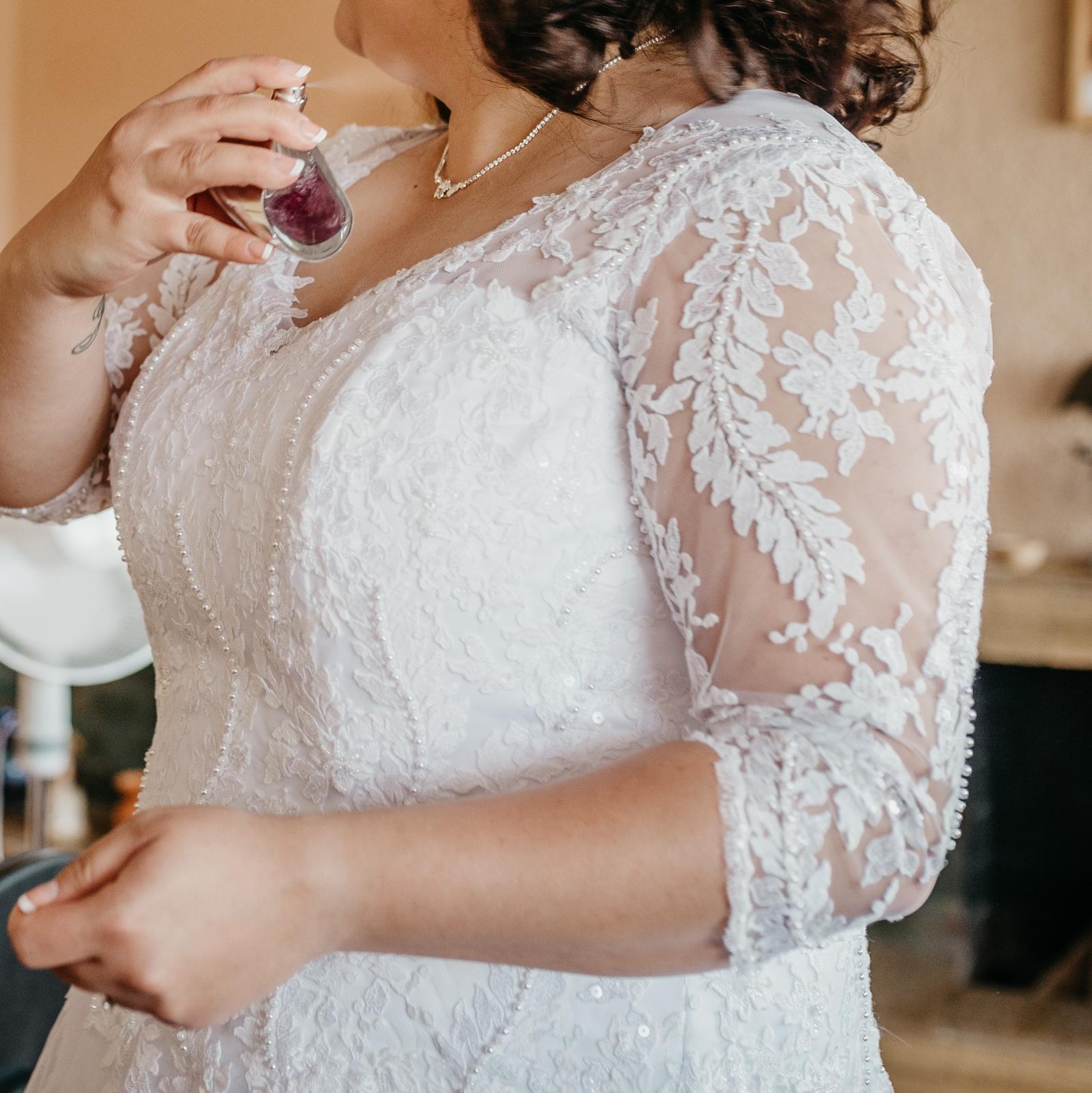 Krajkové svatební šaty  - Obrázek č. 3