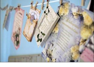 tak toto chcem aj ja mať na svadbe - šnurku na ktorej sú prištipcované telegrami :)