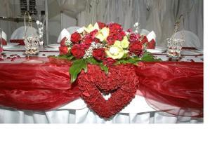 krásny stôl - dúfam, že aj nám to tak ozdobia - ak nie dozdobím to ja :)