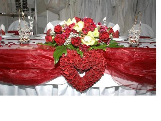 Aďka a Ľuboško - krásny stôl - dúfam, že aj nám to tak ozdobia - ak nie dozdobím to ja :)