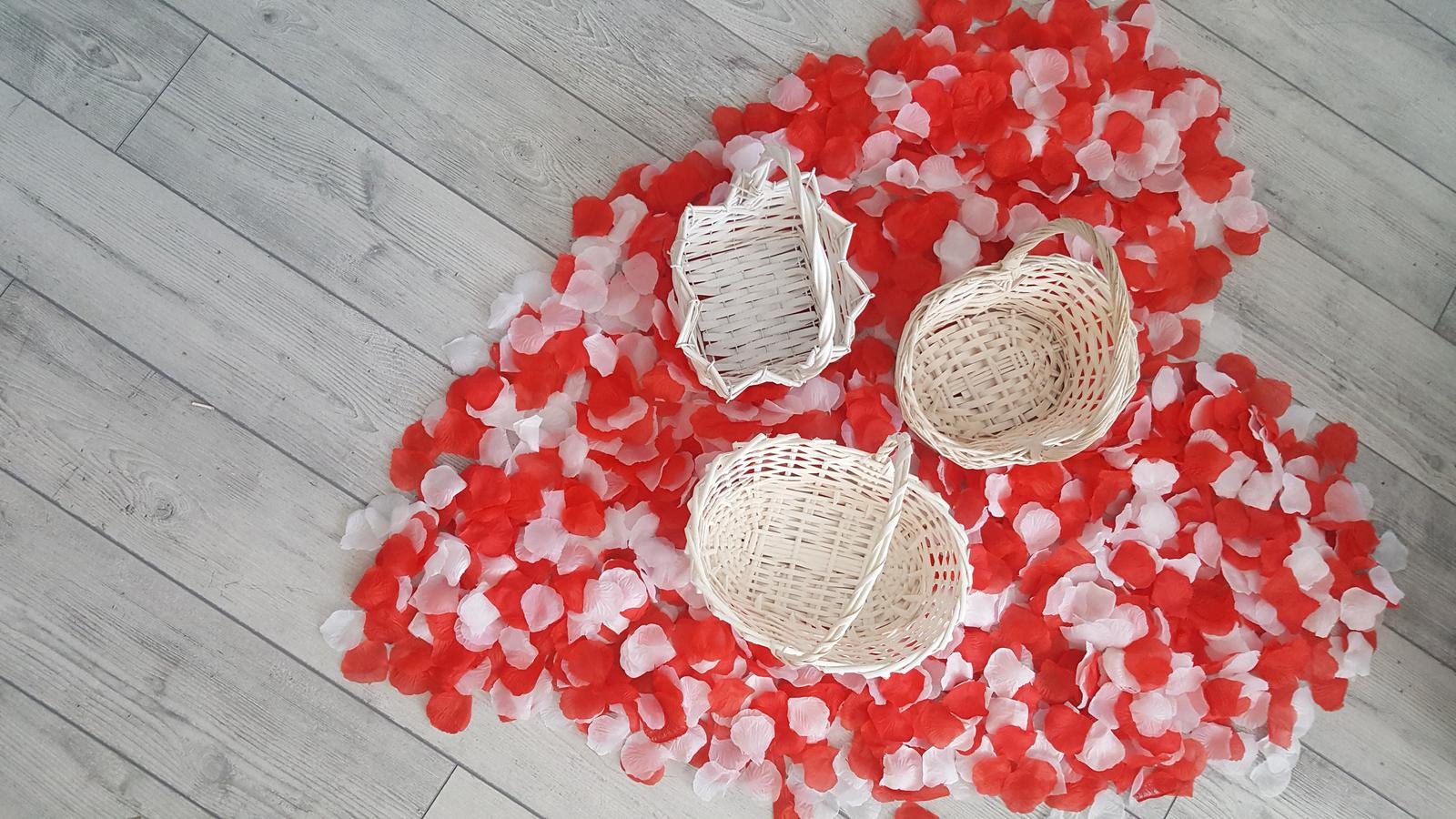 Košíky a bielo-červené lupene ruží - Obrázok č. 1