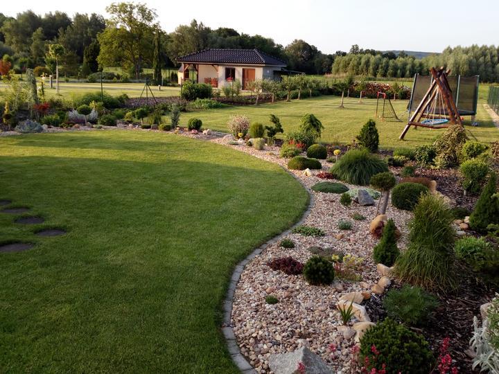 Přeji všem hezký den, protože mnozí z nás jsou aktuálně doma a přemýšlejí, co budou dělat s časem, přikládám inspiraci od naší uživatelky @gabulda , která nám přináší tipy a inspirace pro vytvoření hezké zahrady. :-) Máte i vy nápady na to, co můžeme aktuálně dělat a upravovat ve svých zahradách, případně jak zkrášlit své balkóny? Více najdete zde: https://www.modrastrecha.cz/blog/gabulda/album/zahrada-2019-e7kyrb/ - Obrázek č. 1