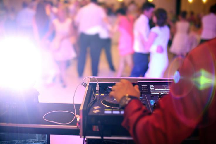 Hudba představuje základní kámen zábavy na svatbě.:-) Pokud je špatná, hosté se po čase začnou nudit a nezachrání to ani množství alkoholu. Jak tedy vybrat tu správnou kapelu nebo DJ? Připravili jsme si pro vás 50 otázek, na které byste se měla zeptat svatebního DJ nebo kapely. Najdete je tady: https://www.beremese.cz/50-otazok-pro-dje/ - Obrázek č. 1