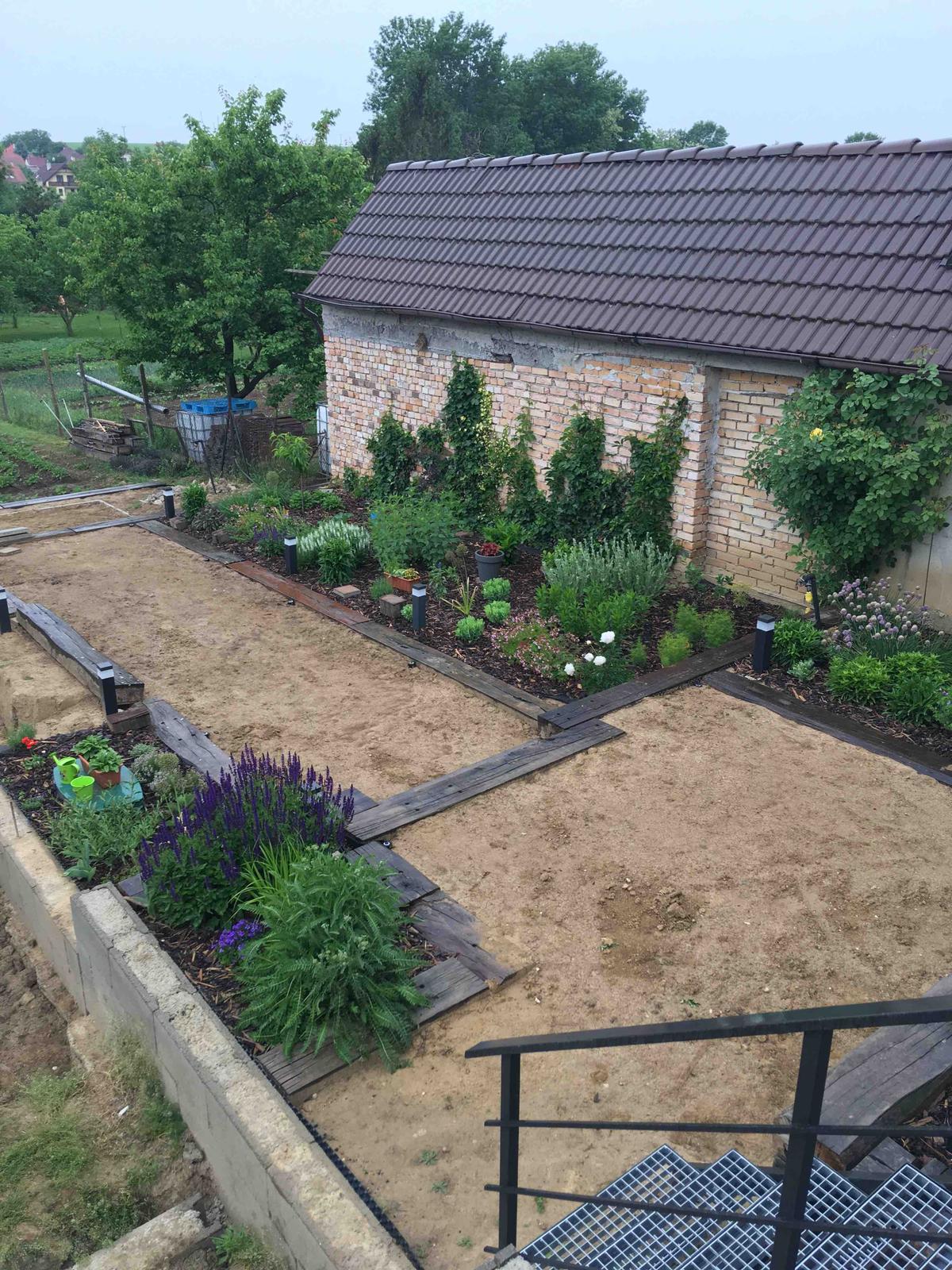 Názov stavby 3 - in da garden - Závlahy v zemi, už len vyrovnavat a polievať nech ta zemina sadne a možno sa dočkáme aj koberca