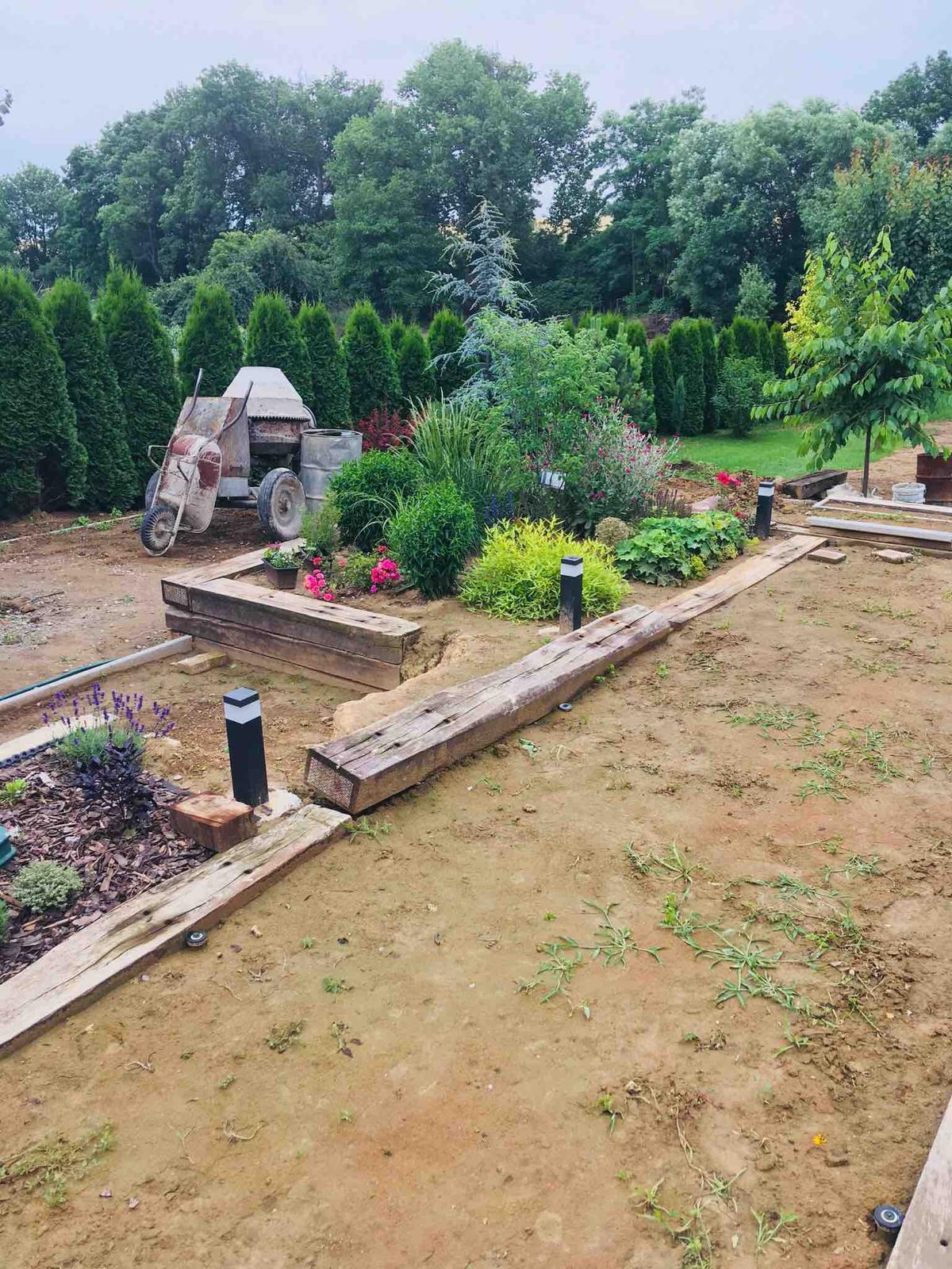 Názov stavby 3 - in da garden - skúšame zavlažovanie, čakáme kym sadne zemina